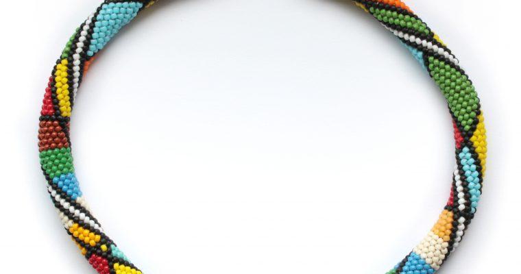 Afrykański sznur szydełkowo-koralikowy.